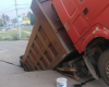 В Ярославле грузовик провалился под землю: фото